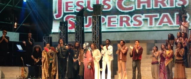 Jesus ci lascia, benedice Milano e prosegue il suo tour di evangelizzazione.