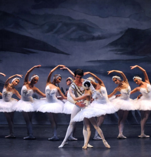 royal-ballet-of-moscow-the-crown-of-russian-ballet-lago-cigni